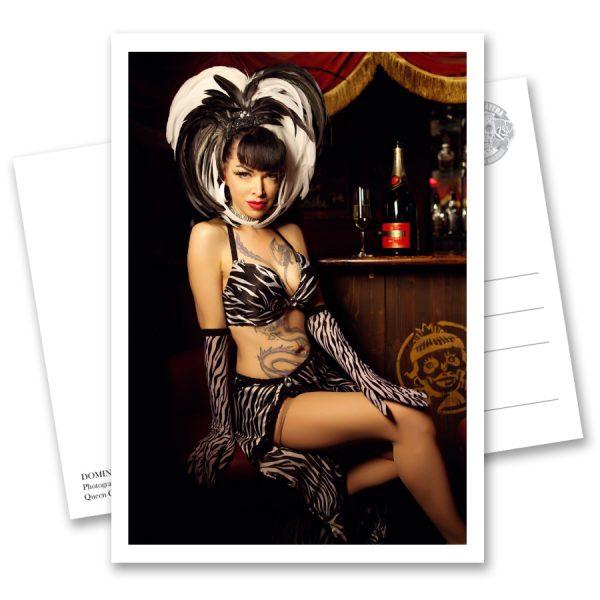 HOME OF BURLESQUE Postkartenbuch mit 25 Postkarten von Carlos Kella zum Heraustrennen. Der Fotograf Carlos Kella zeigt in diesem Postkartenbuch eine erlesene Auswahl an Show-Girls von Deutschlands erster Burlesque-Bar, dem Home of Burlesque in Hamburg auf St. Pauli.