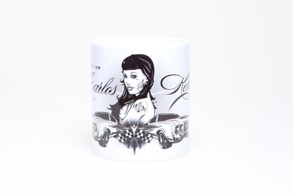 Die Carlos Kella Kaffee-Tasse: Weißer Becher mit umlaufenden Cars & Girls Motiv. Wahlweise mit schwarzem oder weißem Henkel erhältlich!