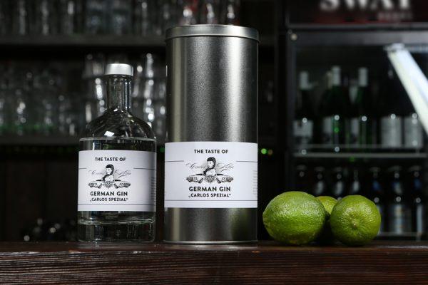 """The Taste of Carlos Kella German Gin """"Carlos Spezial"""" 43% VOL. / 0,5 Liter-Flasche in dekorativer Geschenkdose hergestellt und von Hand abgefüllt in Hamburg"""