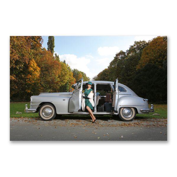 """Grossdruck """"Sophisticated Vintage"""" auf Aludibond. Cars & Girls Fotografie von Carlos Kella im Format 150 x 100 cm mit Wandaufhängungen: Julia Barrakuda und ein Chrysler Windsor von 1947"""