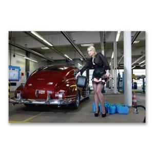 """Grossdruck """"Boxenstopp"""" auf Aludibond. Cars & Girls Fotografie von Carlos Kella im Format 150 x 100 cm mit Wandaufhängungen: Chevrolet Fleetline von 1948"""