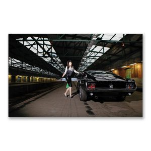 """Grossdruck """"Black Beauty"""" auf Aludibond. Cars & Girls Fotografie von Carlos Kella im Format 150 x 100 cm mit Wandaufhängungen: Jacky Ripper und ein Ford Mustand Fastback S-Code von 1967"""