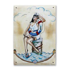 Sailor Girl Blechschild von Lenas Wonderland: Blechschild mit einem maritimen Pin-up Motiv von Lenas Wonderland. Von Lena Kaufmann signiert.
