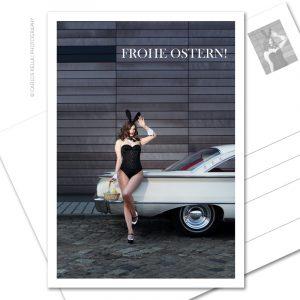 """Postkarte """"Frohe Ostern!"""" FROHE OSTERN! – Der Cars and Girls-Ostergruß in Postkartenform Kalendermodel Julia Barrakuda und ein Ford Galaxie Starliner, 1960"""