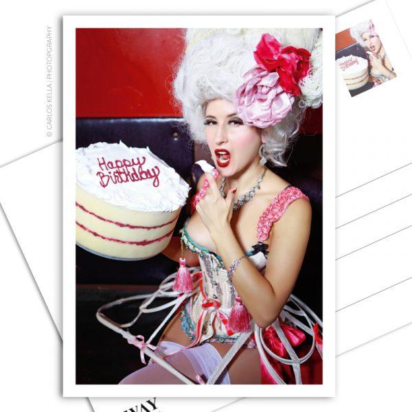 """Postkarte """"Happy Birthday!"""" – Der sinnliche Geburtstagsgruß in Postkartenform. Model: Burlesque-Perfomer Giddy Heights, Foto: Carlos Kella"""