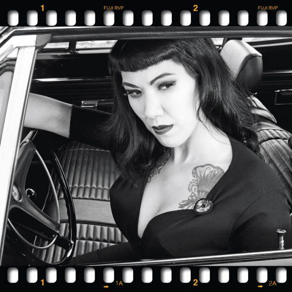 A Tribute to Tura Satana Trilogie auf Acryl. Drei Motive von Carlos Kella im Set. Burlesque-Performerin Lou on the Rock's und ein Plymouth Roadrunner HEMI von 1969 aus der Motoraver-Garage.