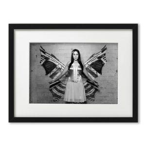 Foto-Print Oberhafen-Zyklus No. 03 auf Ilford S/W-Papier, gerahmt. Modern Pin-up Fotografie von Carlos Kella im Format 21 x 31 cm mit Passepartout und Rahmen. Butterfly Jacky Ripper im Hamburger Oberhafen.