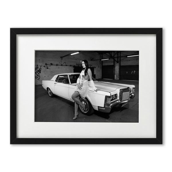Foto-Print Oberhafen-Zyklus No. 04 auf Ilford S/W-Papier, gerahmt Cars & Girls Fotografie von Carlos Kella im Format 21 x 31 cm mit Passepartout und Rahmen. Jacky Ripper und einLincoln Continental Mark III Hardtop Coupe, 1970 im Hamburger Oberhafen