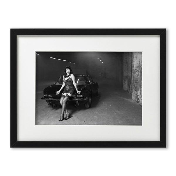 Foto-Print Oberhafen-Zyklus No. 05 auf Ilford S/W-Papier, gerahmt. Cars & Girls Fotografie von Carlos Kella im Format 21 x 31 cm mit Passepartout und Rahmen. Zombierella und ein Studebaker Avanti, 1963 im Hamburger Oberhafen.