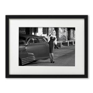 Foto-Print Oberhafen-Zyklus No. 06 auf Ilford S/W-Papier, gerahmt. Cars & Girls Fotografie von Carlos Kella im Format 21 x 31 cm mit Passepartout und Rahmen. Chevrolet Fleetline, 1948 mit Model im Hamburger Oberhafen.