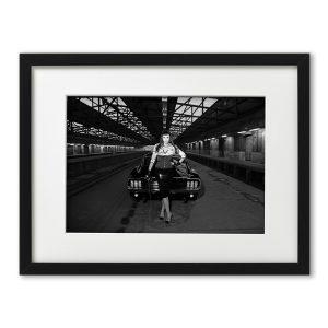 Foto-Print Oberhafen-Zyklus No. 07 auf Ilford S/W-Papier, gerahmt. Cars & Girls Fotografie von Carlos Kella im Format 21 x 31 cm mit Passepartout und Rahmen. Jacky Ripper und ein Ford Mustang Fastback S-Code, 1967 im Hamburger Oberhafen.