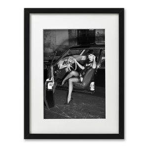 Foto-Print Oberhafen-Zyklus No. 08 auf Ilford S/W-Papier, gerahmt. Cars & Girls Fotografie von Carlos Kella im Format 21 x 31 cm mit Passepartout und Rahmen. Zombierella und ein Studebaker Avanti, 1963 im Hamburger Oberhafen.