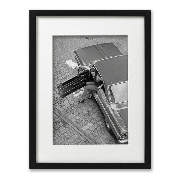 Foto-Print Oberhafen-Zyklus No. 10 auf Ilford S/W-Papier gerahmt. Cars & Girls Fotografie von Carlos Kella im Format 21 x 31 cm mit Passepartout und Rahmen. Lena und Motoravers Rusty Falcon im Hamburger Oberhafen.