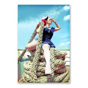 """Grossdruck """"Hafenliebe"""" in Galeriequalität. Maritime Fotografie von Carlos Kella im Format 90 x 140 cm hinter Acryl mit Wandaufhängungen. Burlesque-Star Marlene von Steenvag im Hamburger Hafen"""