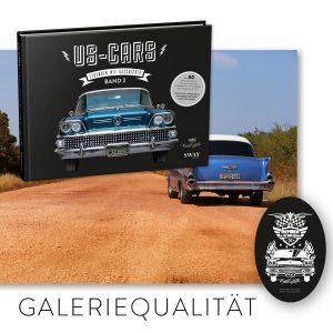 """US-Cars – Legenden mit Geschichte Band 2 Gallery Package: Bildband von Carlos Kella, auf Wunsch mit Namensnennung* bei den Danksagungen inklusive Supporter-Sticker und persönlicher Danksagungskarte und eineCuba-Cars Fotografie aus dem Bildband alsGrossdruck in Galeriequalität (Druck hinter Acryl mit Aludibond-Verstärkung) im Format 70 x 100 cm , einlimitiertes """"Member of the SWAY Garage"""" T-Shirt und ein limitiertes """"Member of the SWAY Garage"""" Blechschild."""