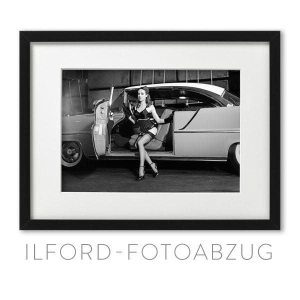 Cars & Girls Fotografie aus dem Bildband von Carlos Kella auf ILFORD S/W-Papier mit Ausbleichschutz im Format 21 x 31 cm mit signiertem Passepartout und Rahmen.