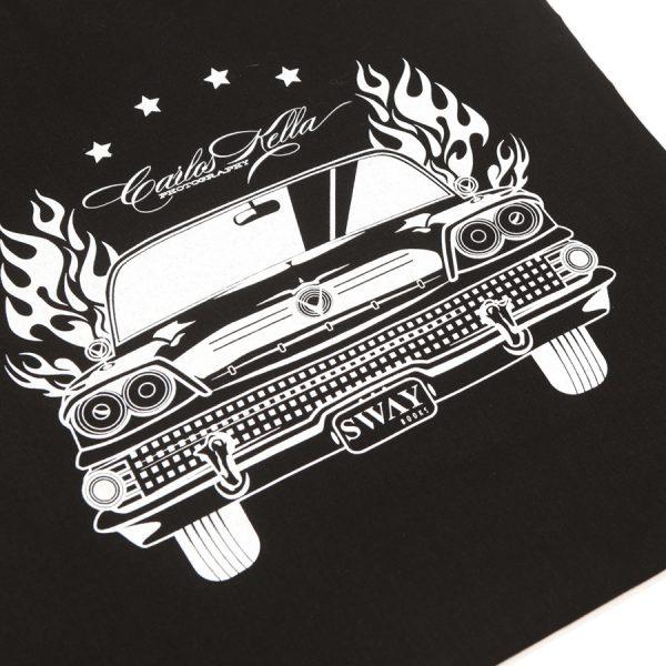 """Carlos Kella Stofftragetasche mit LanghenkelBeidseitig hochwertiger Siebdruck in weiß auf schwarzer BaumwolltascheIllustration: Das """"US-CARS – Legenden mit Geschichte Band 2"""" Titelmotiv, ein Buick Roadmaster Riviera Hardtop Sedan von 1958."""