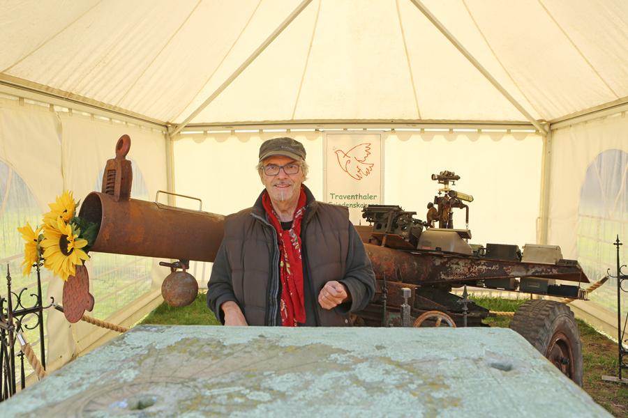 Veranstalter Harry Beiersdorf und seine Friedenskanone. Foto: Carlos Kella
