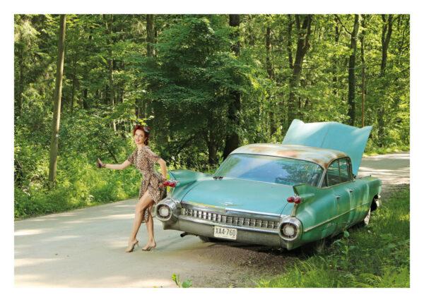 Vorderseite Postkarte Miss Stacey: Ein postalischer Gruß für US-Car- und Modern Pin-up Fans mit Kalender-Covergirl Miss Stacey und ein Cadillac Sedan DeVille von 1959