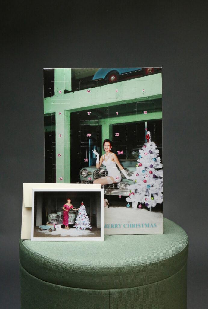 Der Carlos Kella Schokoladen-Adventskalender mit Vollmilchschokolade im Set mit Weihnachts-Klappkarte und Umschlag mit Miss Stacey und einem Lincoln Continental, 1948.