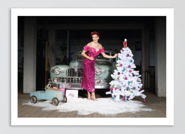 """Weihnachts-Klappkarte """"Sara"""" mit cremefarbenem Umschlag: MERRY CHRISTMAS! Kalendermodel Miss Stacey und ein Lincoln Continental von 1948."""