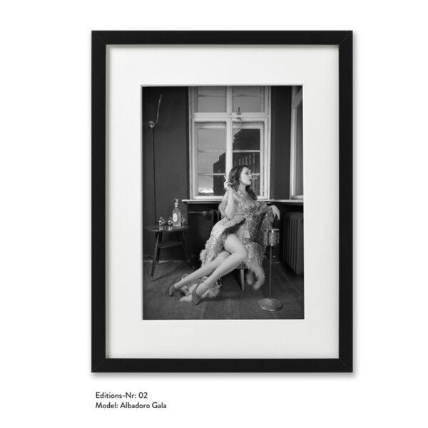 Foto-Print Grauwert-Edition No. 02 – S/W-Archival Pigment Print auf Barytpapier, gerahmt. Modern Pin-up Fotografie von Carlos Kella im Format 20 x 30 cm mit Passepartout und Rahmen Model: Albadoro Gala.