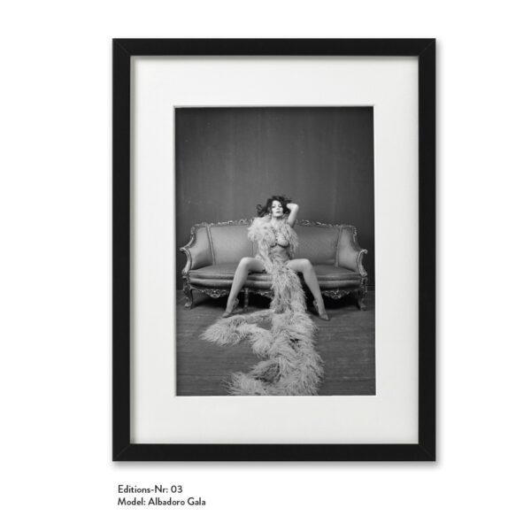 Foto-Print Grauwert-Edition No. 03 – S/W-Archival Pigment Print auf Barytpapier, gerahmt. Modern Pin-up Fotografie von Carlos Kella im Format 20 x 30 cm mit Passepartout und Rahmen Model: Albadoro Gala.