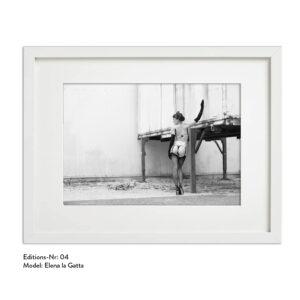 Foto-Print Grauwert-Edition No. 04 – S/W-Archival Pigment Print auf Barytpapier, gerahmt. Modern Pin-up Fotografie von Carlos Kella im Format 20 x 30 cm mit Passepartout und Rahmen Model: Elena la Gatta.