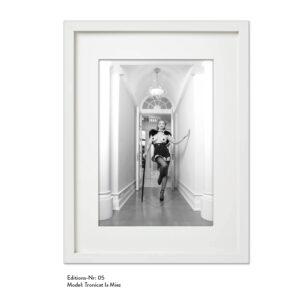 Foto-Print Grauwert-Edition No. 05 – S/W-Archival Pigment Print auf Barytpapier, gerahmt. Modern Pin-up Fotografie von Carlos Kella im Format 20 x 30 cm mit Passepartout und Rahmen Model: Tronicat La Miez.