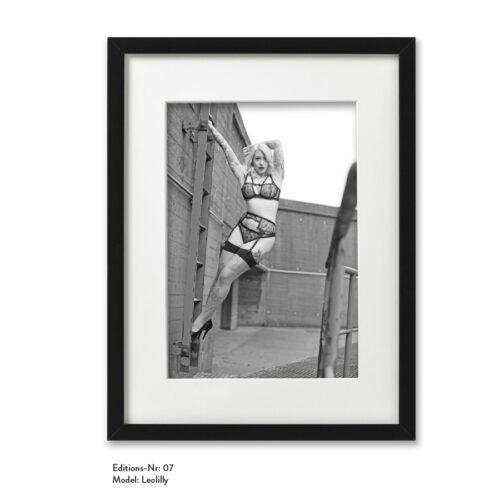 Foto-Print Grauwert-Edition No. 07 – S/W-Archival Pigment Print auf Barytpapier, gerahmt. Modern Pin-up Fotografie von Carlos Kella im Format 20 x 30 cm mit Passepartout und Rahmen Model: Leolilly.