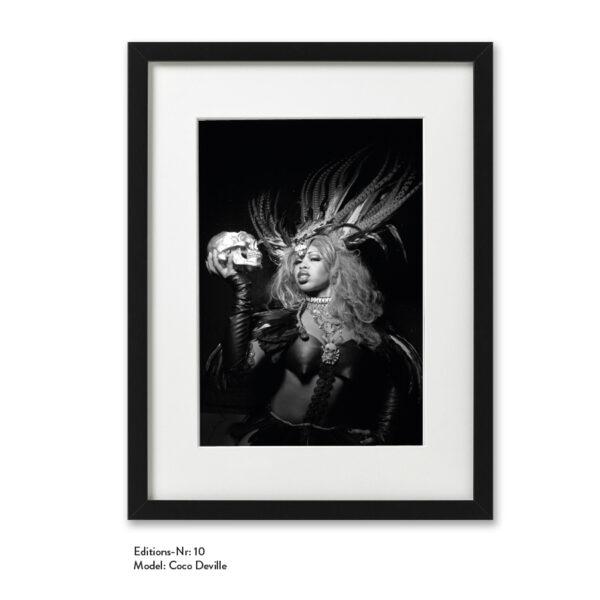 Foto-Print Grauwert-Edition No. 10 – S/W-Archival Pigment Print auf Barytpapier, gerahmt. Modern Pin-up Fotografie von Carlos Kella im Format 20 x 30 cm mit Passepartout und Rahmen Model: Coco Deville.