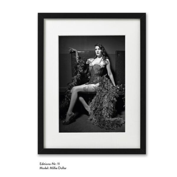 Foto-Print Grauwert-Edition No. 11 – S/W-Archival Pigment Print auf Barytpapier, gerahmt. Modern Pin-up Fotografie von Carlos Kella im Format 20 x 30 cm mit Passepartout und Rahmen Model: Millie Dollar.