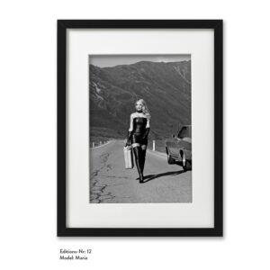 Foto-Print Grauwert-Edition No. 12 – S/W-Archival Pigment Print auf Barytpapier, gerahmt. Modern Pin-up Fotografie von Carlos Kella im Format 20 x 30 cm mit Passepartout und Rahmen Model: Maria.