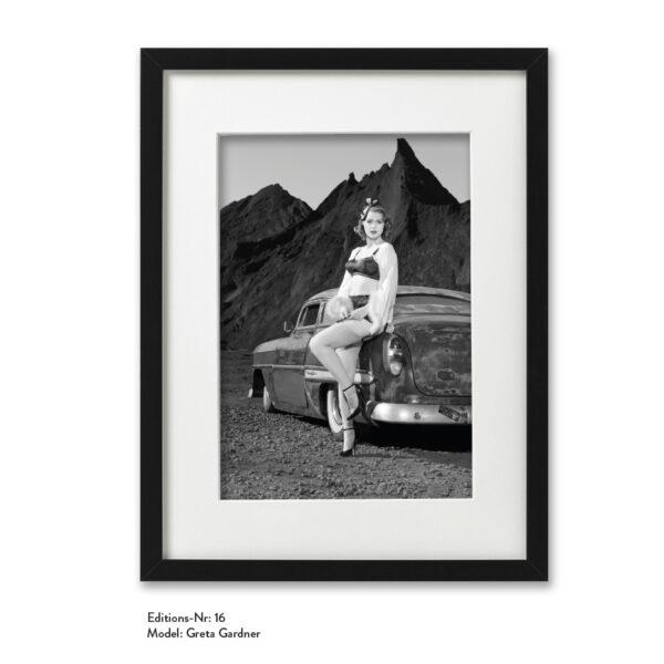 Foto-Print Grauwert-Edition No. 16 – S/W-Archival Pigment Print auf Barytpapier, gerahmt. Modern Pin-up Fotografie von Carlos Kella im Format 20 x 30 cm mit Passepartout und Rahmen Model: Greta Gardner.