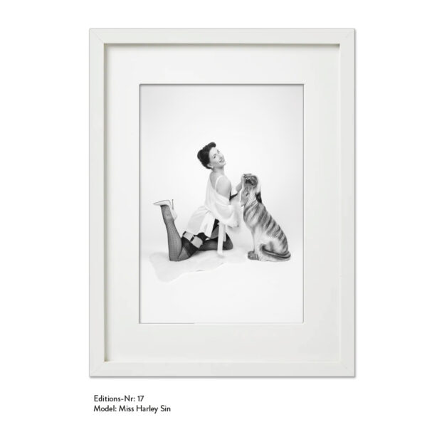 Foto-Print Grauwert-Edition No. 17 – S/W-Archival Pigment Print auf Barytpapier, gerahmt. Modern Pin-up Fotografie von Carlos Kella im Format 20 x 30 cm mit Passepartout und Rahmen Model: Miss Harley Sin.
