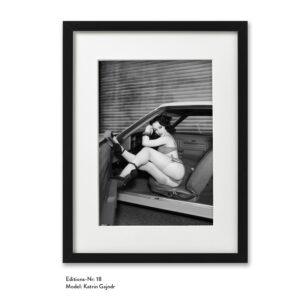 Foto-Print Grauwert-Edition No. 18 – S/W-Archival Pigment Print auf Barytpapier, gerahmt. Modern Pin-up Fotografie von Carlos Kella im Format 20 x 30 cm mit Passepartout und Rahmen Model: Katrin Gajndr.