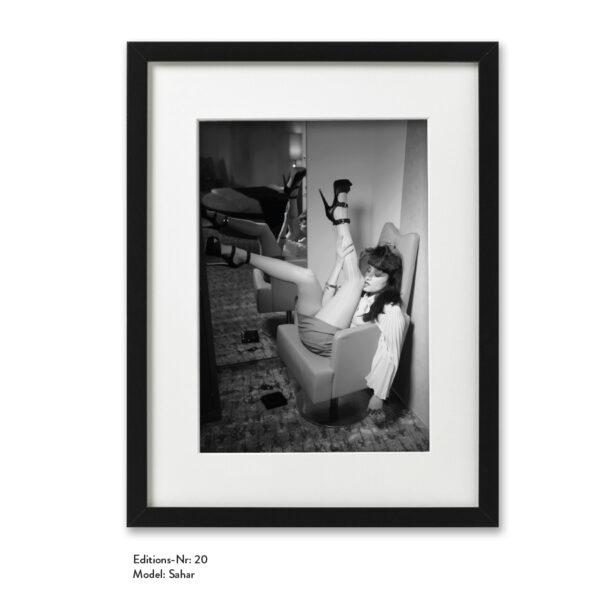Foto-Print Grauwert-Edition No. 20 – S/W-Archival Pigment Print auf Barytpapier, gerahmt. Modern Pin-up Fotografie von Carlos Kella im Format 20 x 30 cm mit Passepartout und Rahmen Model: Sahar.