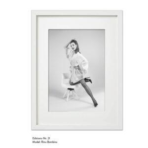 Foto-Print Grauwert-Edition No. 21 – S/W-Archival Pigment Print auf Barytpapier, gerahmt. Modern Pin-up Fotografie von Carlos Kella im Format 20 x 30 cm mit Passepartout und Rahmen Model: Rina Banbina.