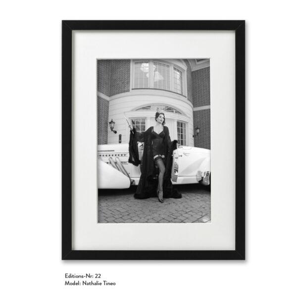 Foto-Print Grauwert-Edition No. 22 – S/W-Archival Pigment Print auf Barytpapier, gerahmt. Modern Pin-up Fotografie von Carlos Kella im Format 20 x 30 cm mit Passepartout und Rahmen Model: Nathalie Tineo.