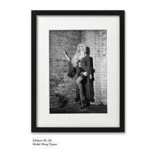 Foto-Print Grauwert-Edition No. 24 – S/W-Archival Pigment Print auf Barytpapier, gerahmt. Modern Pin-up Fotografie von Carlos Kella im Format 20 x 30 cm mit Passepartout und Rahmen Model: Missy Queen.