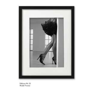 Foto-Print Grauwert-Edition No. 25 – S/W-Archival Pigment Print auf Barytpapier, gerahmt. Modern Pin-up Fotografie von Carlos Kella im Format 20 x 30 cm mit Passepartout und Rahmen Model: Yvonne.