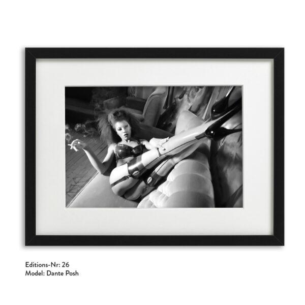 Foto-Print Grauwert-Edition No. 26 – S/W-Archival Pigment Print auf Barytpapier, gerahmt. Modern Pin-up Fotografie von Carlos Kella im Format 20 x 30 cm mit Passepartout und Rahmen Model: Dante Posh.