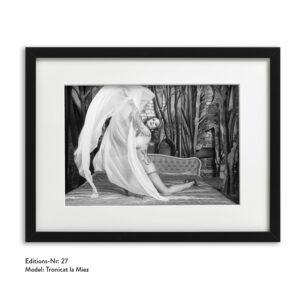 Foto-Print Grauwert-Edition No. 27 – S/W-Archival Pigment Print auf Barytpapier, gerahmt. Modern Pin-up Fotografie von Carlos Kella im Format 20 x 30 cm mit Passepartout und Rahmen Model: Tronicat La Miez.