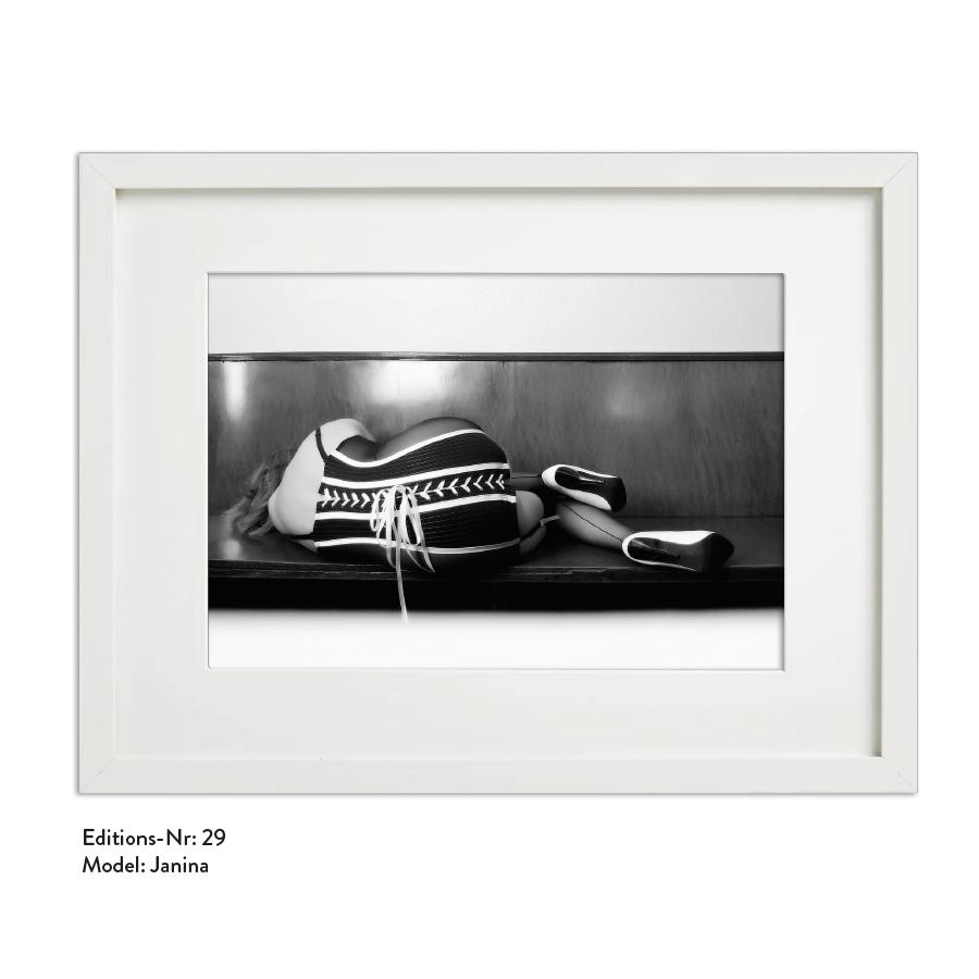 Foto-Print Grauwert-Edition No. 29 – S/W-Archival Pigment Print auf Barytpapier, gerahmt. Modern Pin-up Fotografie von Carlos Kella im Format 20 x 30 cm mit Passepartout und Rahmen Model: Janina.