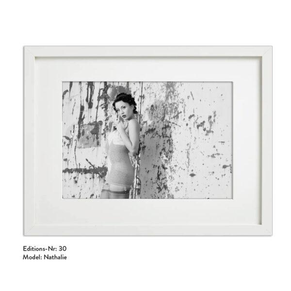 Foto-Print Grauwert-Edition No. 30 – S/W-Archival Pigment Print auf Barytpapier, gerahmt. Modern Pin-up Fotografie von Carlos Kella im Format 20 x 30 cm mit Passepartout und Rahmen Model: Nathalie.