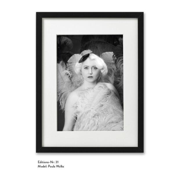 Foto-Print Grauwert-Edition No. 31 – S/W-Archival Pigment Print auf Barytpapier, gerahmt. Modern Pin-up Fotografie von Carlos Kella im Format 20 x 30 cm mit Passepartout und Rahmen Model: Paula Walks.