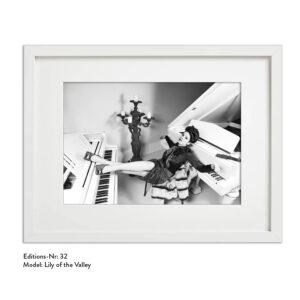 Foto-Print Grauwert-Edition No. 32 – S/W-Archival Pigment Print auf Barytpapier, gerahmt. Modern Pin-up Fotografie von Carlos Kella im Format 20 x 30 cm mit Passepartout und Rahmen Model: Lily of the Valley.