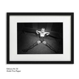 Foto-Print Grauwert-Edition No. 33 – S/W-Archival Pigment Print auf Barytpapier, gerahmt. Modern Pin-up Fotografie von Carlos Kella im Format 20 x 30 cm mit Passepartout und Rahmen Model: Frau Pepper.