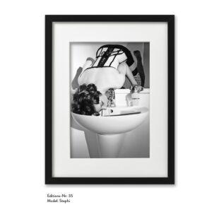 Foto-Print Grauwert-Edition No. 35 – S/W-Archival Pigment Print auf Barytpapier, gerahmt. Modern Pin-up Fotografie von Carlos Kella im Format 20 x 30 cm mit Passepartout und Rahmen Model: Stephi.