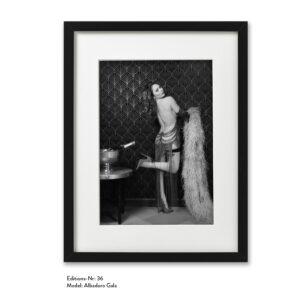 Foto-Print Grauwert-Edition No. 36 – S/W-Archival Pigment Print auf Barytpapier, gerahmt. Modern Pin-up Fotografie von Carlos Kella im Format 20 x 30 cm mit Passepartout und Rahmen Model: Albadoro Gala.